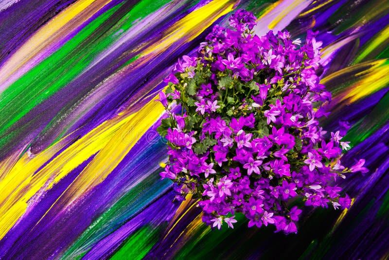 Flores en un fondo púrpura brillante fotos de archivo