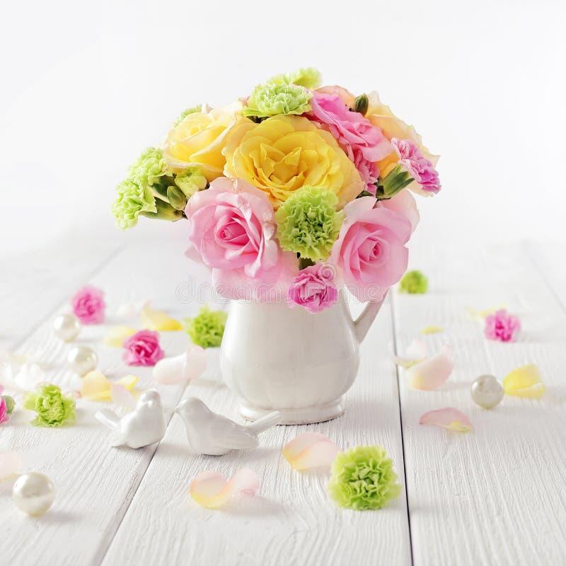 Flores en un jarrón imagen de archivo