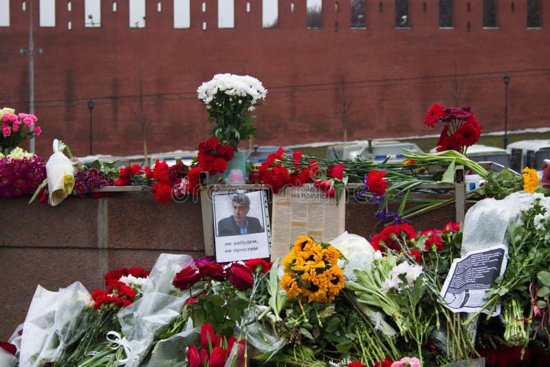 Flores en un lugar del asesinato del oposicionista Boris Nemtsov imagenes de archivo