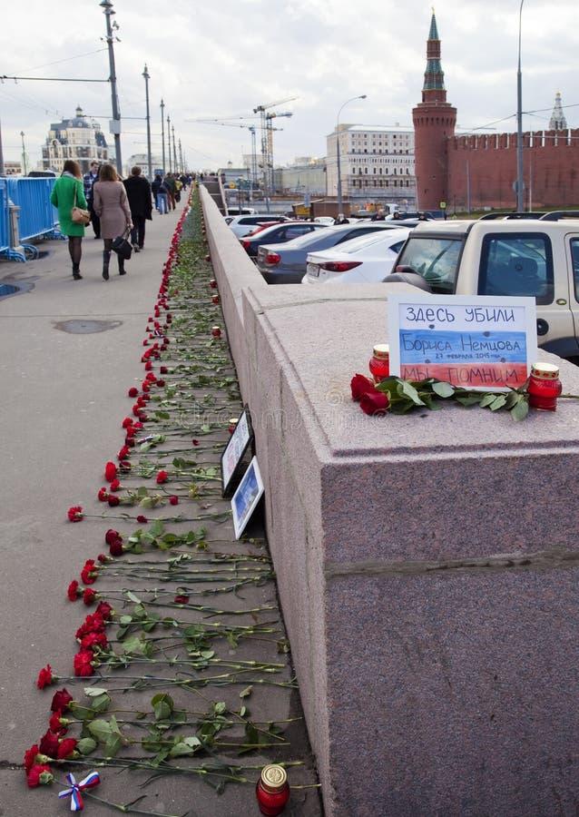 Flores en un lugar del asesinato del oposicionista Boris Nemtsov imagen de archivo libre de regalías