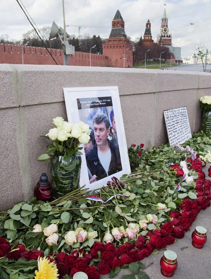 Flores en un lugar del asesinato del oposicionista Boris Nemtsov fotografía de archivo libre de regalías