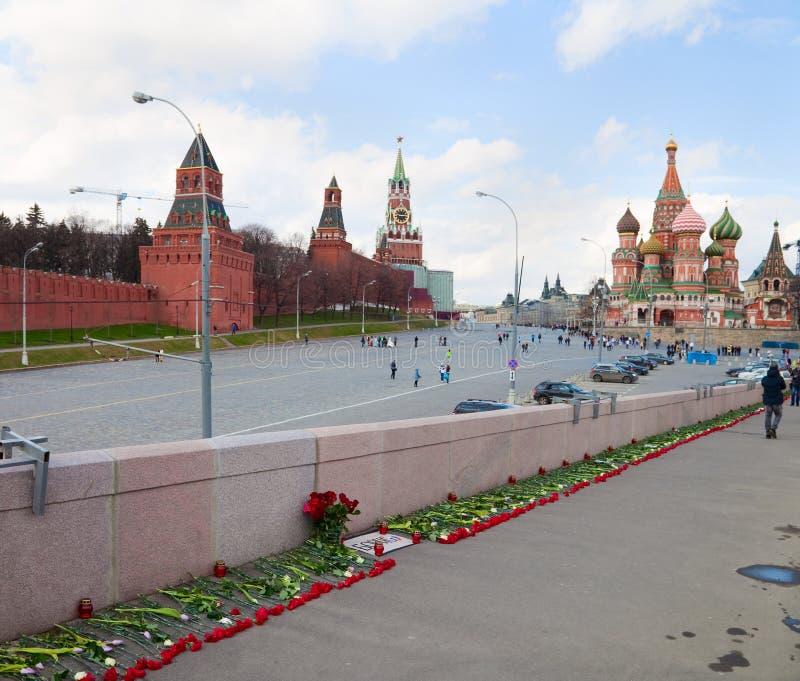 Flores en un lugar del asesinato del oposicionista Boris Nemtsov foto de archivo libre de regalías