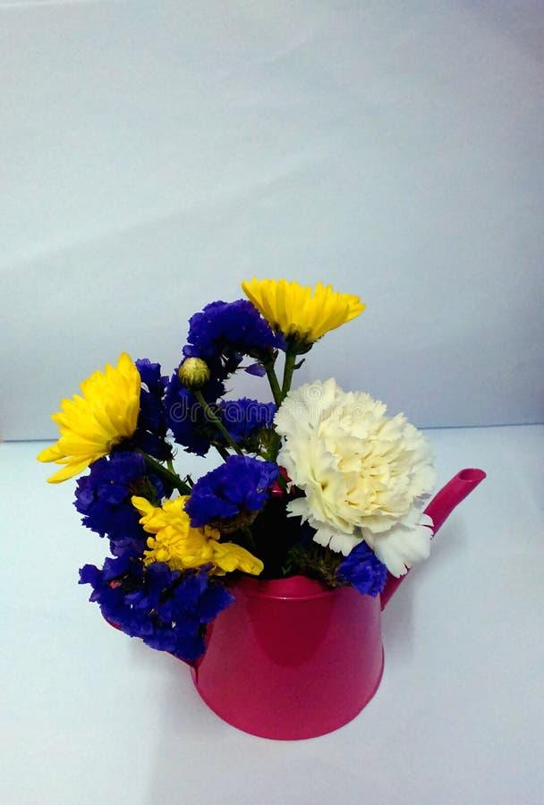 Flores en un pequeño jarro imagen de archivo libre de regalías