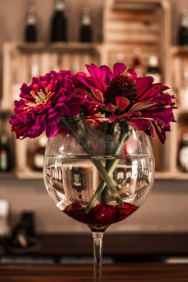 Flores en un vidrio en la barra Paisaje hermoso fotos de archivo