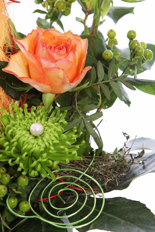 Flores en una exhibición creativa de la boda imagen de archivo libre de regalías