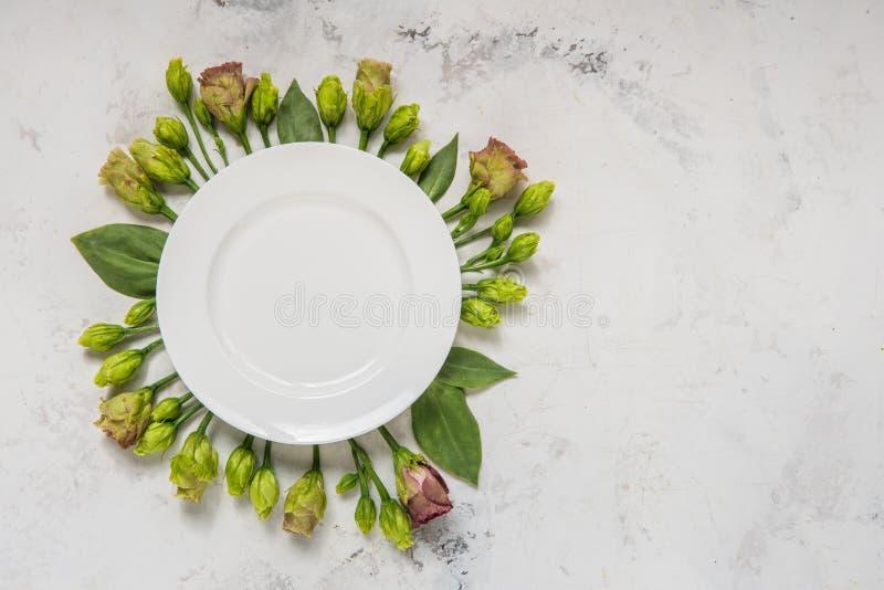 Flores enmarcadas placa vacía, visión superior Placa sobre lisianthus en a fotos de archivo libres de regalías