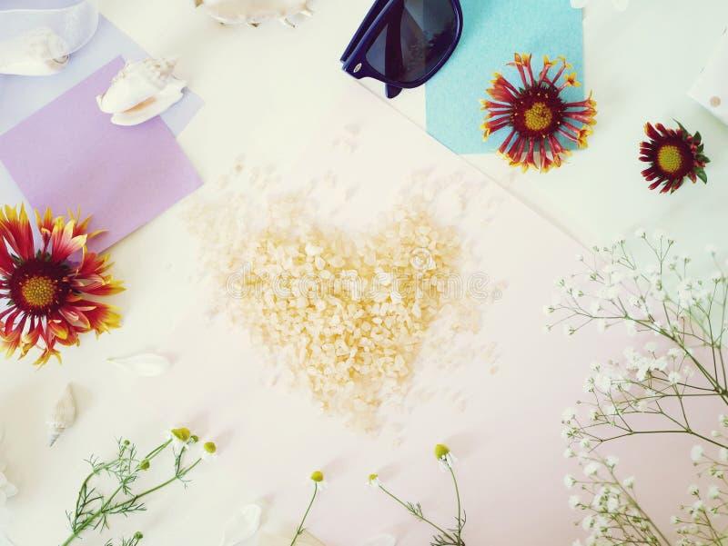 Flores, escudos, coração do sal do mar, vidros em um fundo claro imagem de stock royalty free