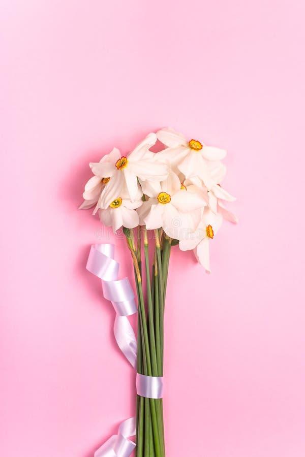 Flores estacionales en un ramo minimalistic en un fondo brillante imagen de archivo libre de regalías