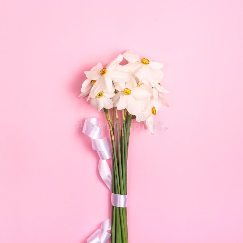 Flores estacionales en un ramo minimalistic en un fondo brillante foto de archivo