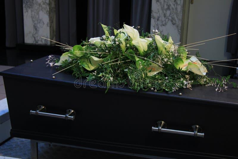Flores fúnebres en un ataúd fotografía de archivo libre de regalías