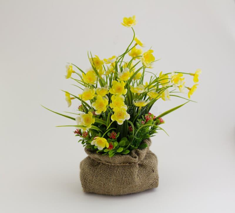 Flores falsificadas amarelas fotos de stock