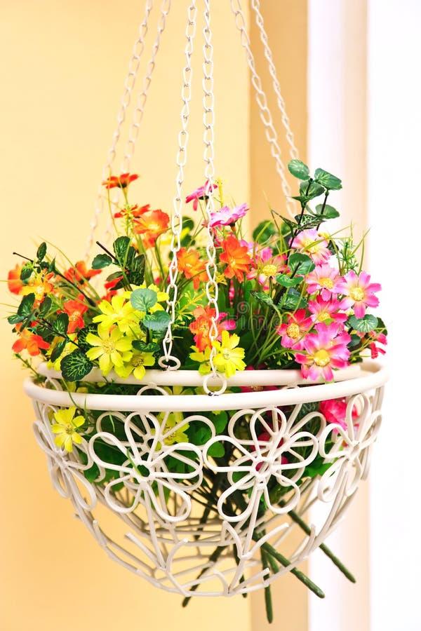 Flores falsificadas em uma cesta fotografia de stock royalty free
