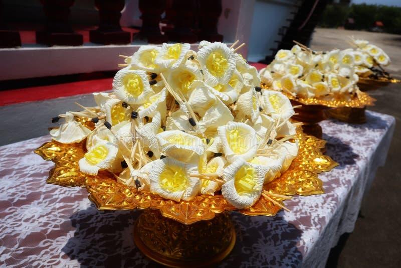 Flores feitas do papel da amoreira para o uso na cerimônia fúnebre de povos tailandeses imagem de stock