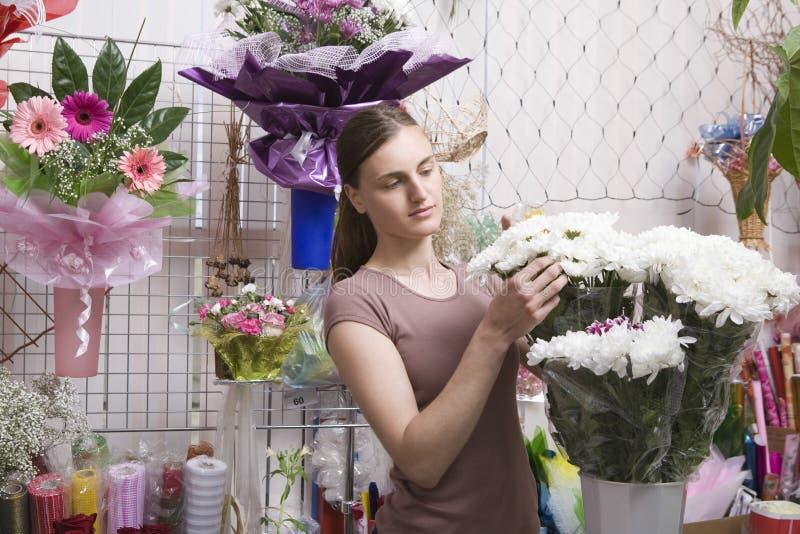 Flores femeninas de With Bunch Of del florista imágenes de archivo libres de regalías
