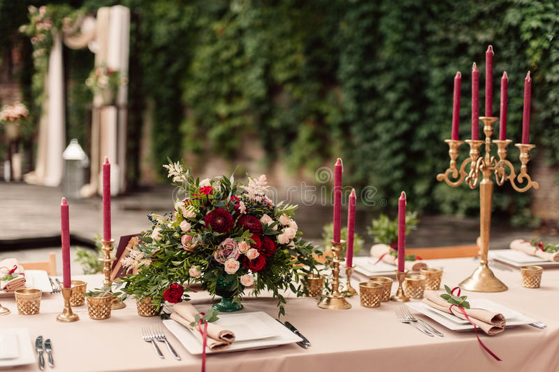 Flores festivas da vela da tabela do casamento imagem de stock royalty free