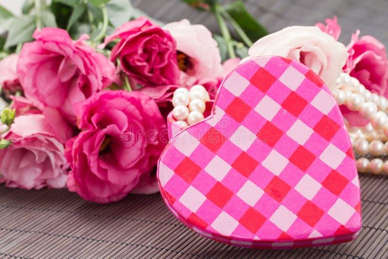 Flores frescas de la caja rosada del corazón fotos de archivo