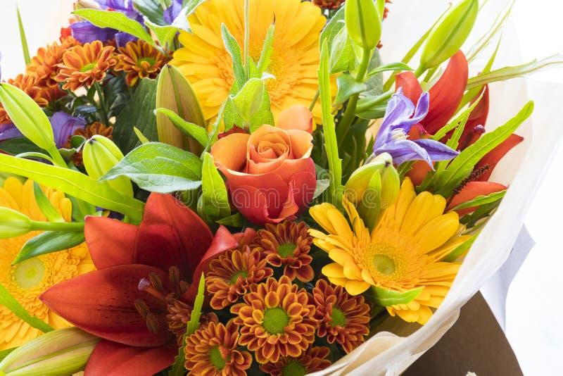 Flores frescas do ramalhete rosas, lírio, dália e gerbera foto de stock royalty free