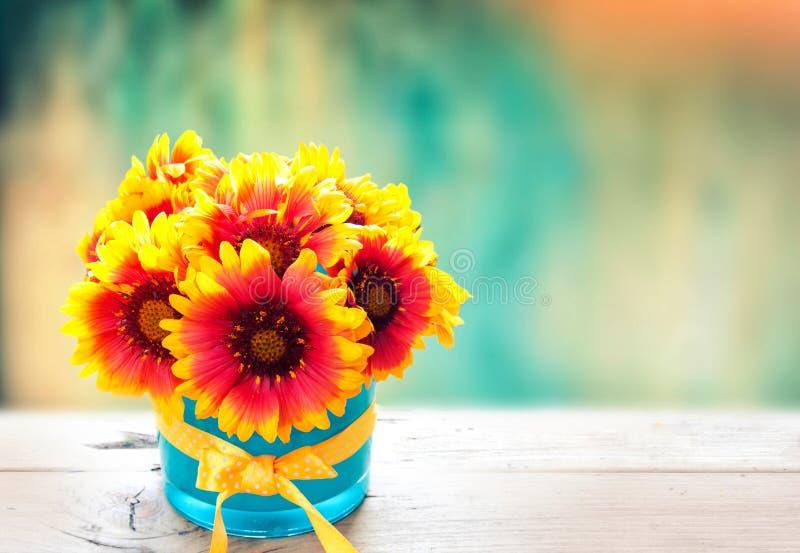 Flores frescas en florero en la tabla de madera Fondo de la vendimia fotografía de archivo