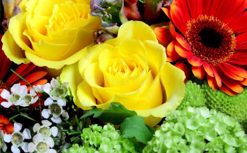 Flores frescas en un mercado imagen de archivo libre de regalías