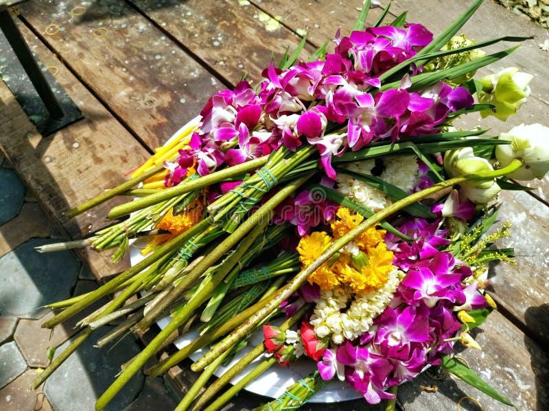 Flores frescas para os budistas que adoram a Buda imagens de stock royalty free