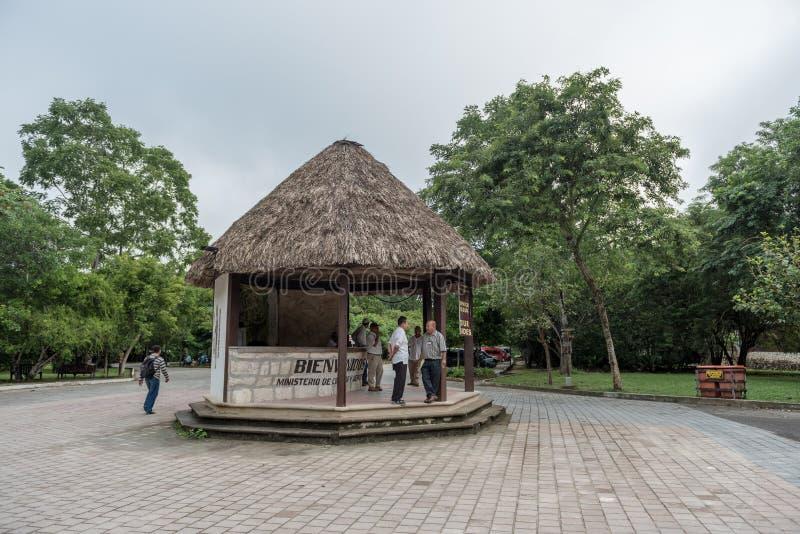 FLORES, GUATEMALA - 16 DE NOVIEMBRE DE 2017: Mostrador de información del parque de Tikal Objeto de visita turístico de excursión fotos de archivo libres de regalías