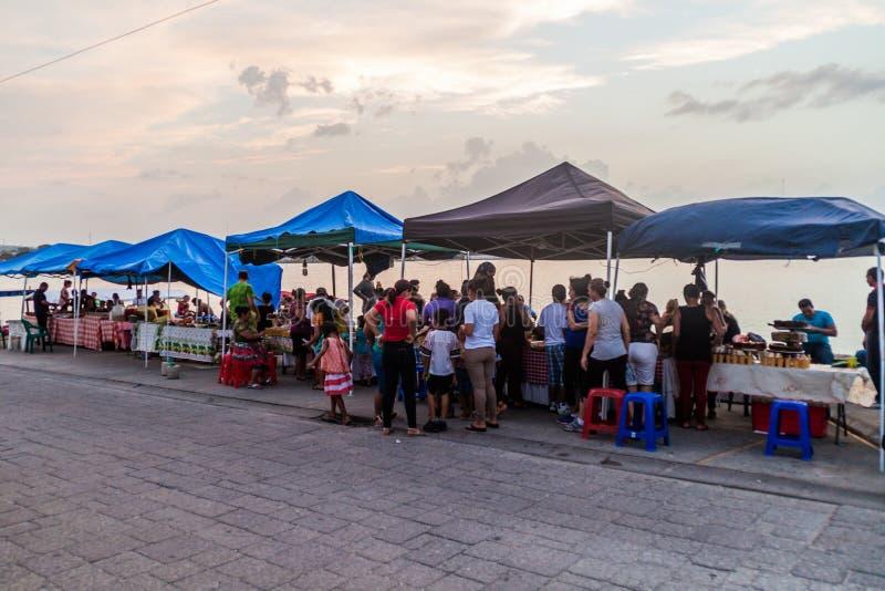 FLORES, GUATEMALA - 11 MARS 2016 : Stalles de nourriture à une promenade de bord de lac dans Flores, Guatema image stock