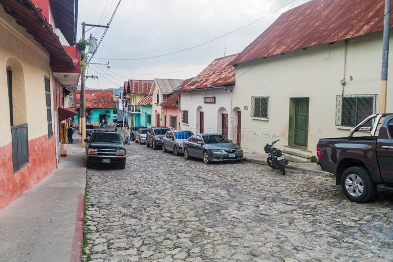 FLORES, GUATEMALA - 11 MARZO 2016: Via Cobbled in Flores, Guatema fotografia stock libera da diritti