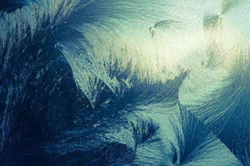 Flores heladas abstractas en ventana escarchada fotos de archivo libres de regalías