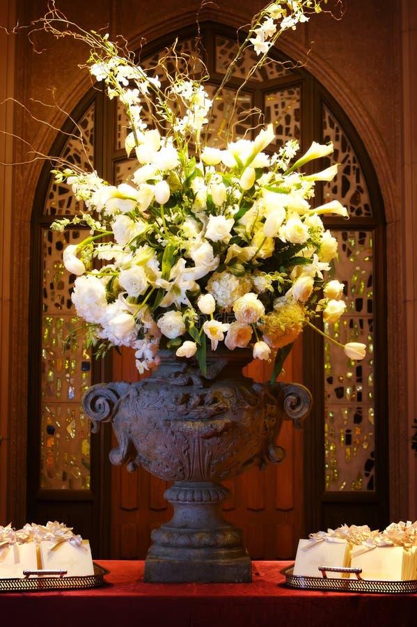 Flores hermosas de la boda dentro de una iglesia imagen de archivo