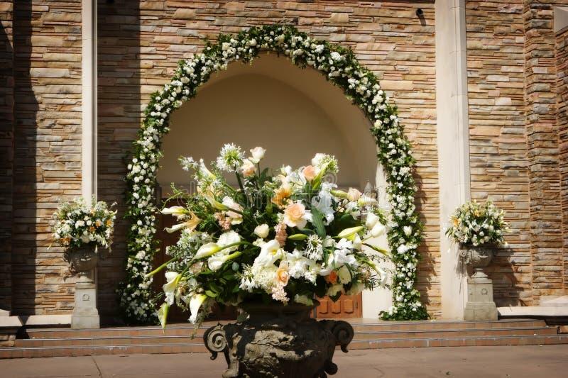 Flores hermosas de la boda fuera de una iglesia fotografía de archivo libre de regalías