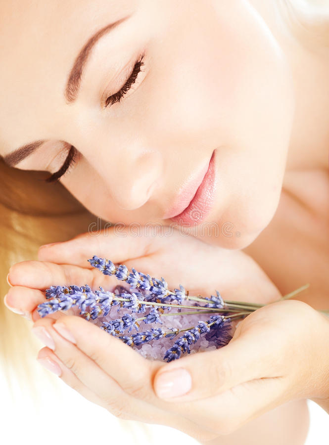 Flores hermosas de la lavanda del olor de la muchacha imagen de archivo