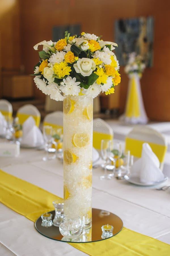 Flores hermosas en la tabla en día de boda imágenes de archivo libres de regalías