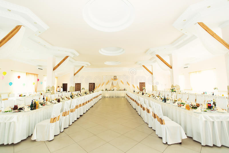 Flores hermosas en la tabla en día de boda foto de archivo