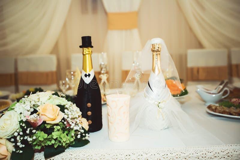 Flores hermosas en la tabla en día de boda imagen de archivo libre de regalías