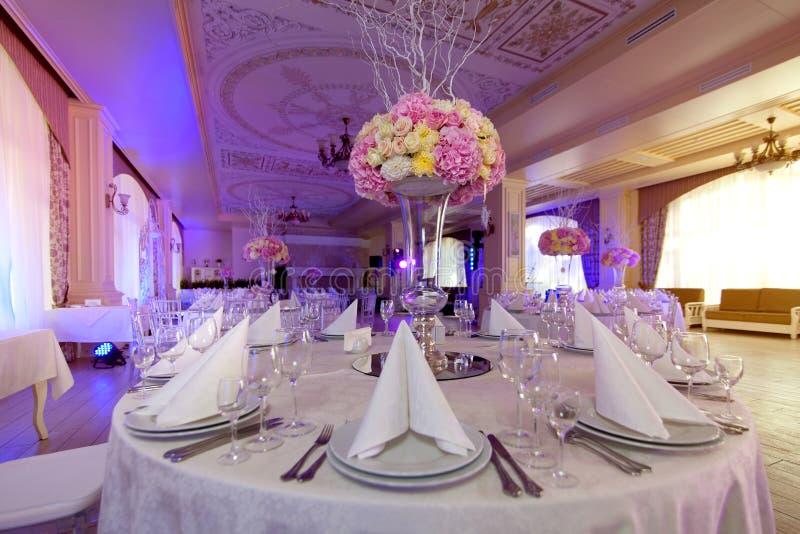 Flores hermosas en la tabla en día de boda Fondo de lujo del día de fiesta foto de archivo libre de regalías
