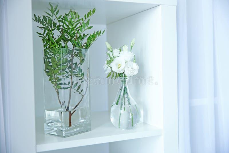 Flores hermosas en los floreros de cristal fotos de archivo libres de regalías