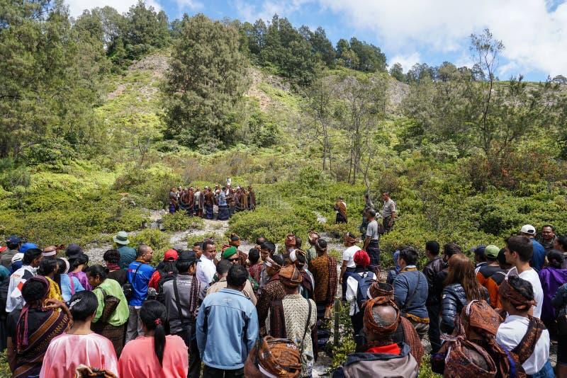 FLORES/INDONESIA- 14 ΑΥΓΟΎΣΤΟΥ 2014: Η στιγμή όταν εκτελούν μερικοί άνθρωποι τα παραδοσιακά τελετουργικά στο kelimutu στοκ φωτογραφίες