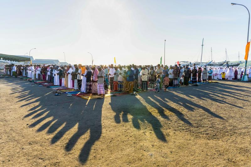 FLORES/INDONESIA- 28 ΙΟΥΛΊΟΥ 2014: Μουσουλμάνοι προσεύχονται στον εορτασμό Eid Al-Fitr που χαρακτηρίζει το τέλος του μήνα Ramadan στοκ φωτογραφίες