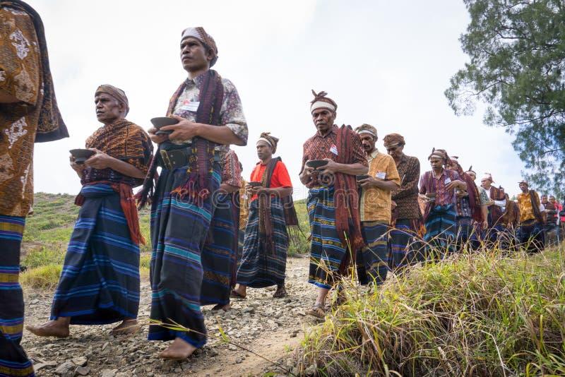 FLORES/INDONESIA- 14 DE AGOSTO DE 2014: El momento en que algunas personas están realizando rituales tradicionales en kelimutu fotos de archivo