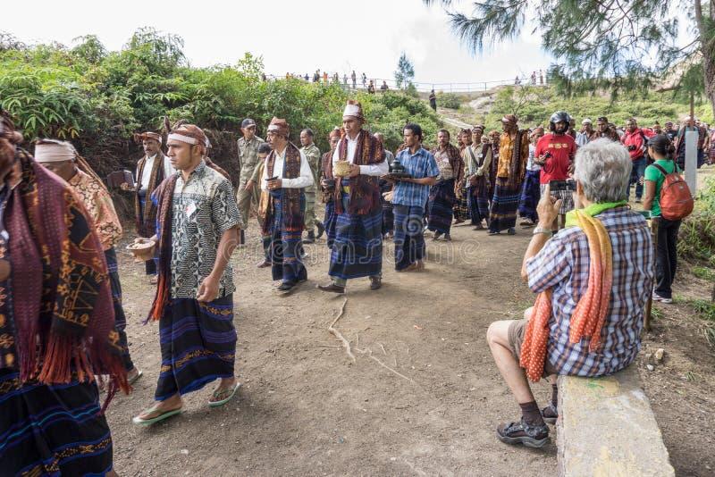FLORES/INDONESIA- 14 DE AGOSTO DE 2014: un turista de ultramar está capturando el momento en que algunas personas están realizand imagen de archivo
