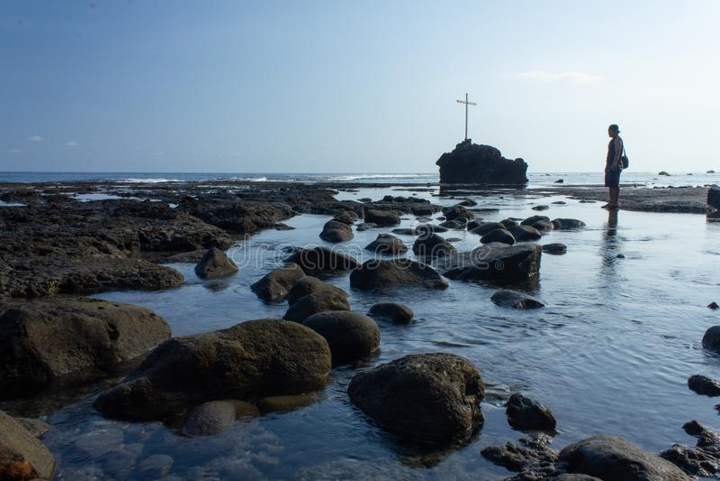 FLORES/INDONESIA-NOVEMBER 16 2012: Sikter av stranden av Watukrus, Flores, Indonesien Med vaggar runt om stranden och korset royaltyfri fotografi