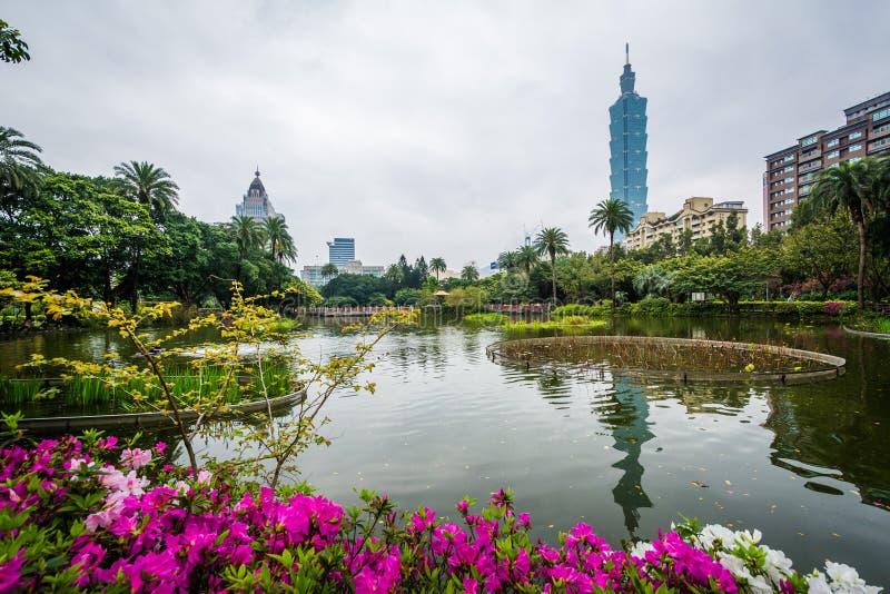Flores, lago, y Taipei 101 en el parque de Zhongshan, en los Di de Xinyi fotos de archivo libres de regalías