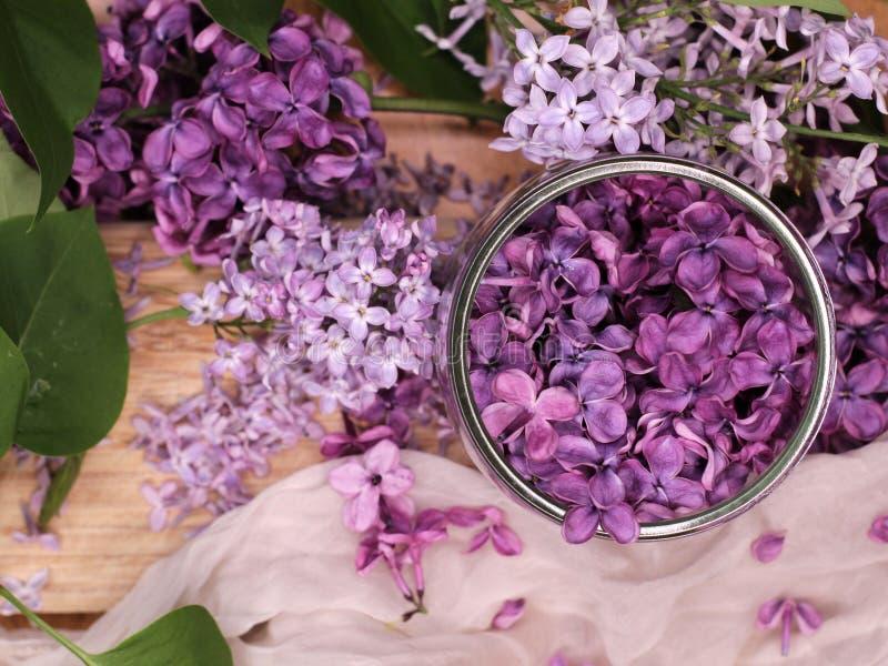 Flores lil?s em um prato de vidro imagens de stock