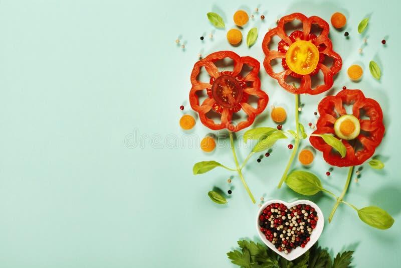 Flores lindas hechas de verduras orgánicas frescas fotografía de archivo
