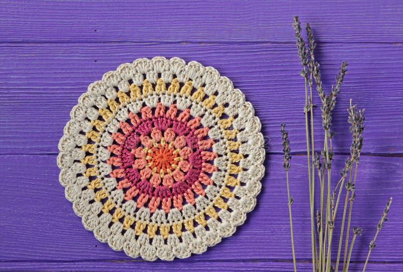 Flores lindos de Mandala Crochet Doily e de Lavander fotos de stock