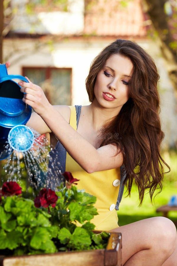 Flores molhando da mulher foto de stock royalty free