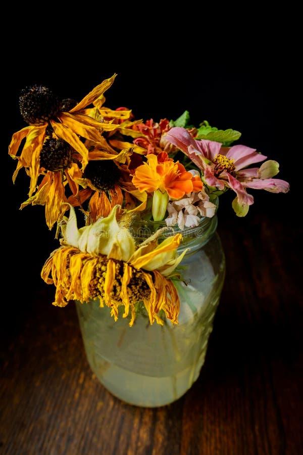 Flores murchadas Mason Jar fotos de stock royalty free