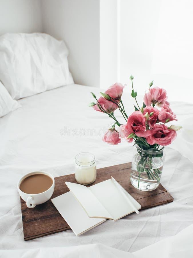 Flores na cama, conceito do bom dia fotos de stock