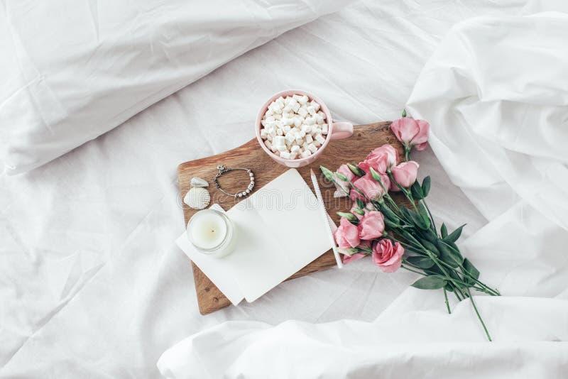 Flores na cama, conceito do bom dia fotografia de stock