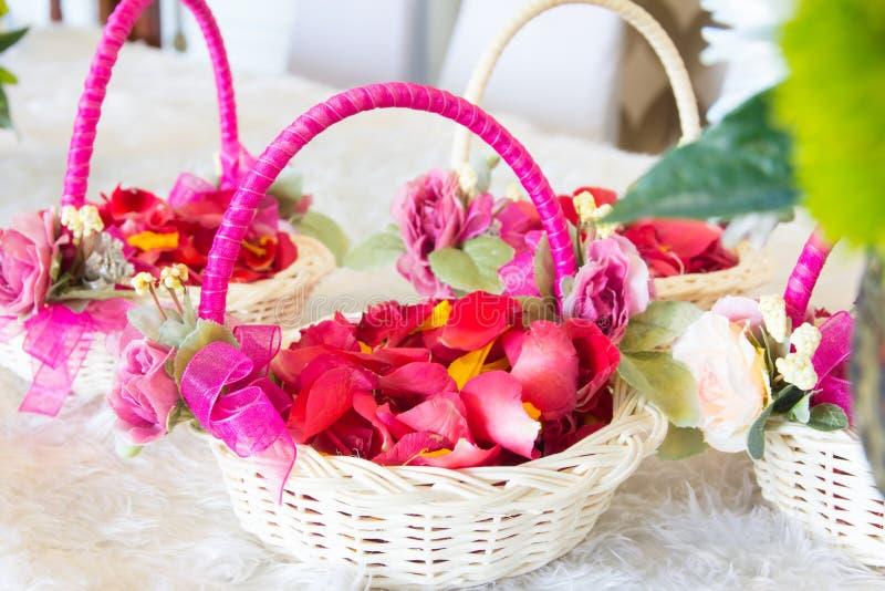 Flores na cesta foto de stock